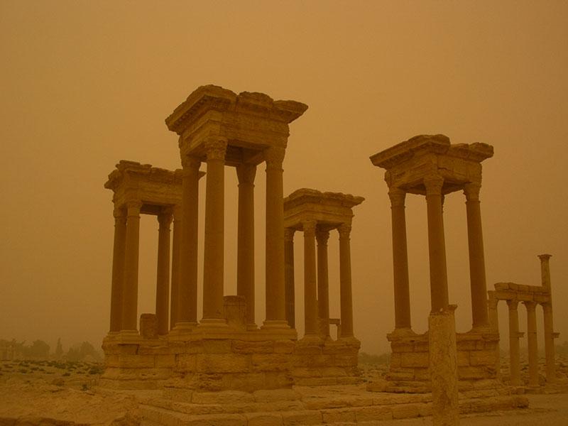 Il Tetrapilo, miraggio durante una tempesta di sabbia (ph. Gioia Zenoni)